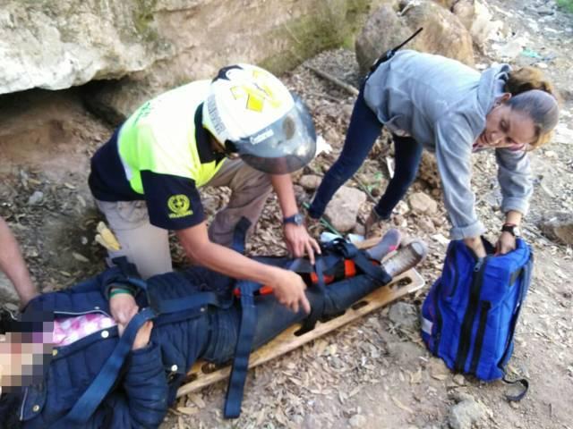 Rescatan adolescente que cayó a una barranca en Matlalohcan