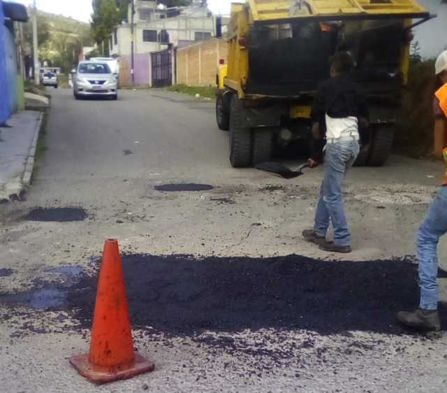 Efectúan programa de bacheo en calles de Tizatlán