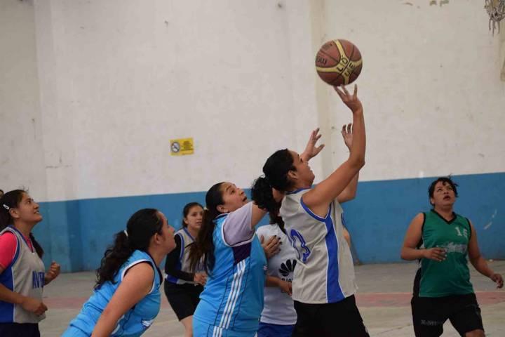 Acción deportiva en el  torneo basquetbol de la ABTLAX