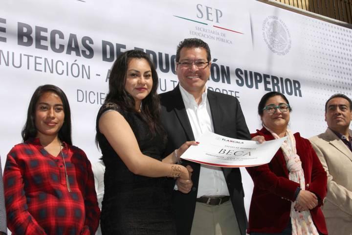 Entrega Gobierno del Estado 30 millones de pesos en becas