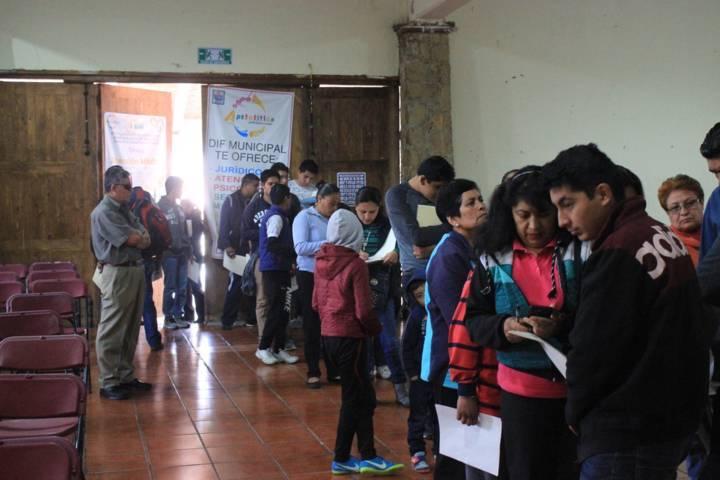 Entrega autoridades municipales de Apetatitlán becas de PRONADEC