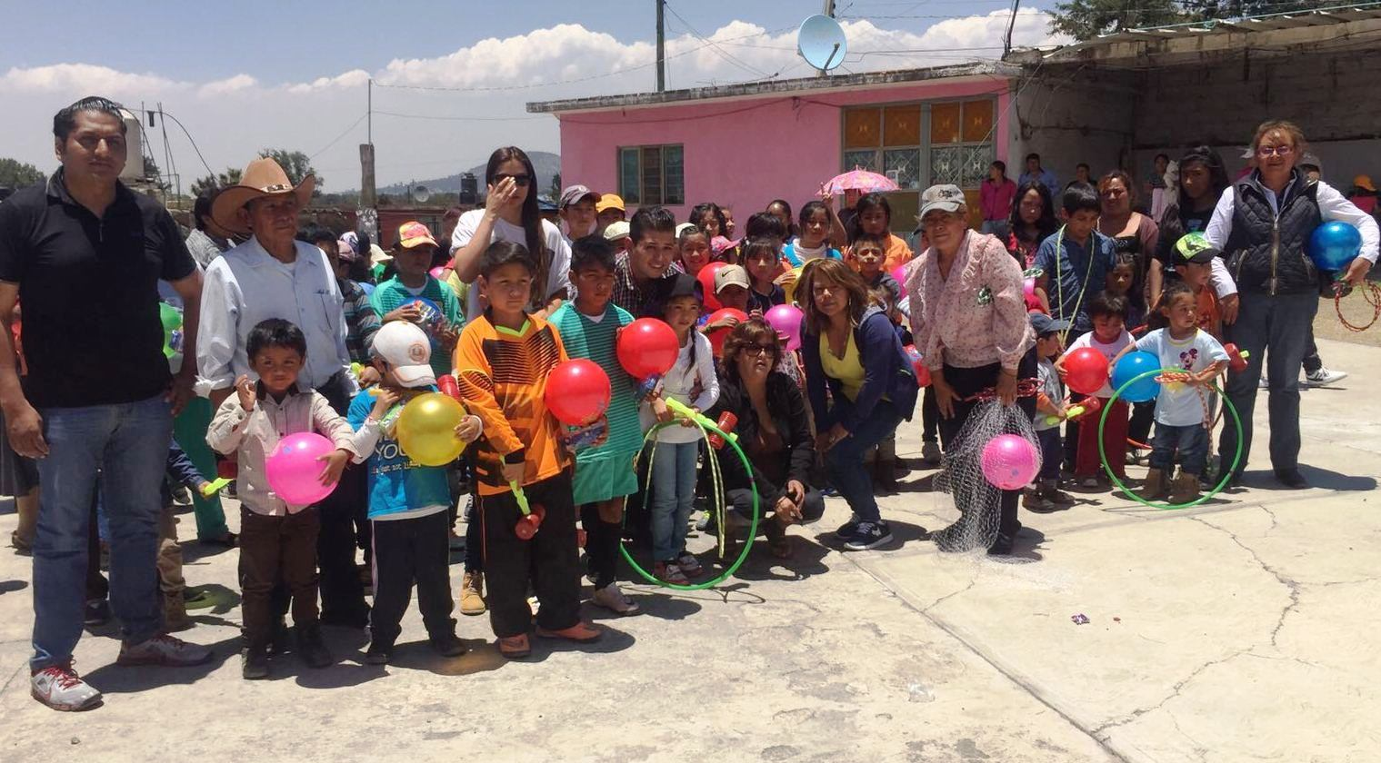 Celebra Juan Ángel Berruecos a niños de Apizaco y Texcalac