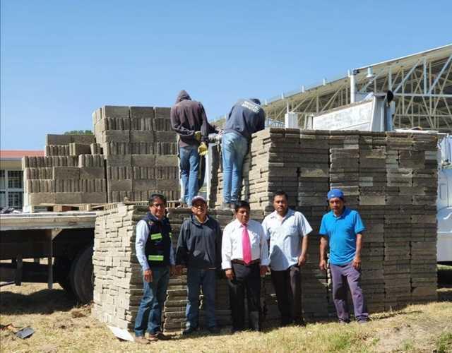 Gobierno de Zacatelco apoya a escuela con dos millares de block