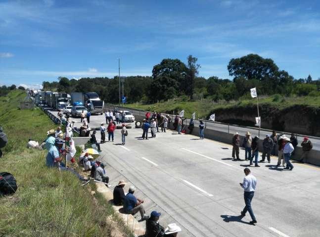 Bloquean Arco Norte campesinos para exigir el pago de sus tierras