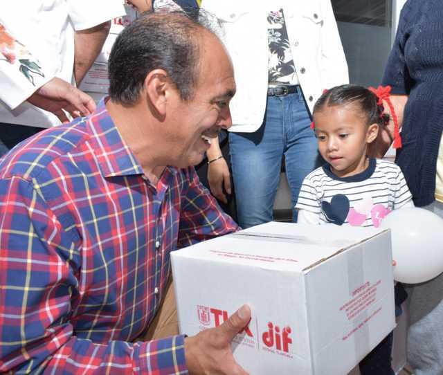 Alcalde mejora la alimentación de niños y adultos entregando 406 despensas