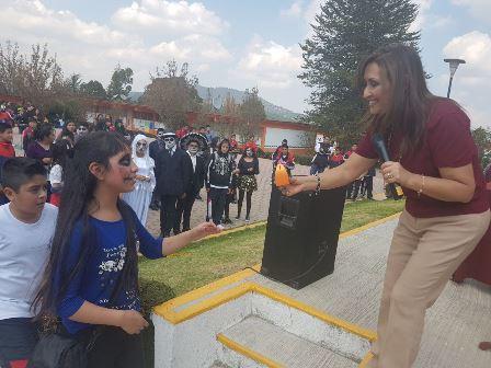Lorena Cuéllar fomenta tradiciones entre estudiantes tlaxcaltecas