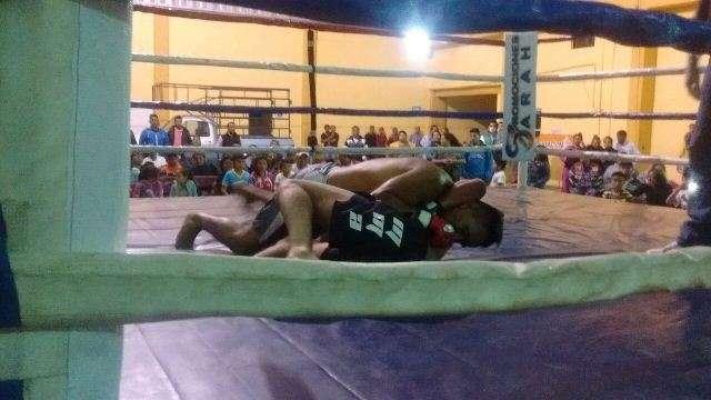 Alcalde fomenta el deporte con función de box y artes marciales