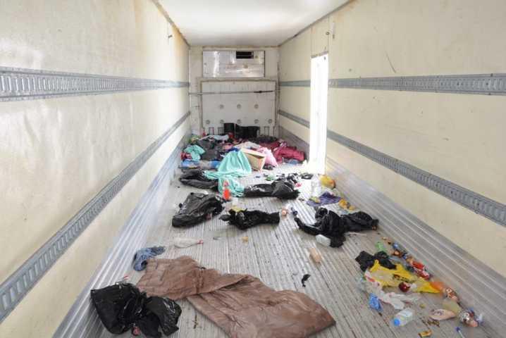 Detienen a cinco sujetos por transportar a 700 migrantes en su camión