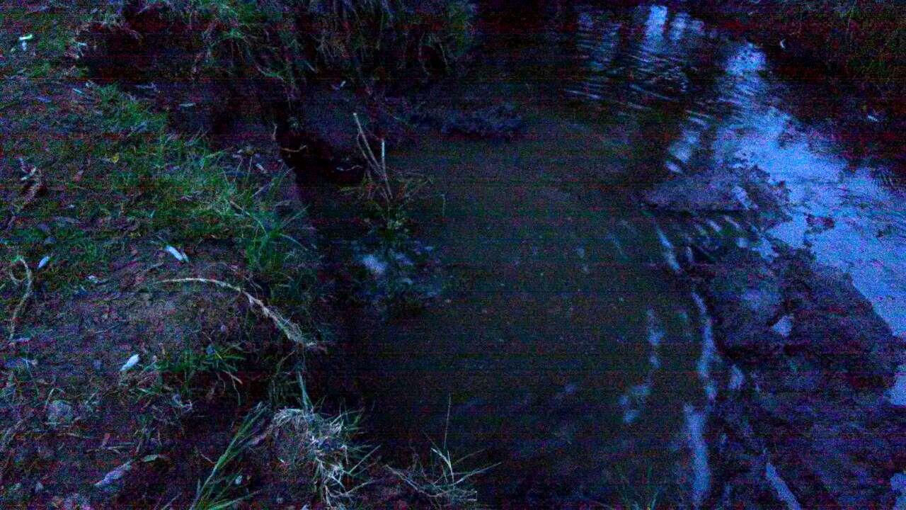 En Nativitas descubren toma clandestina en el interior de un estanque de aguas negras