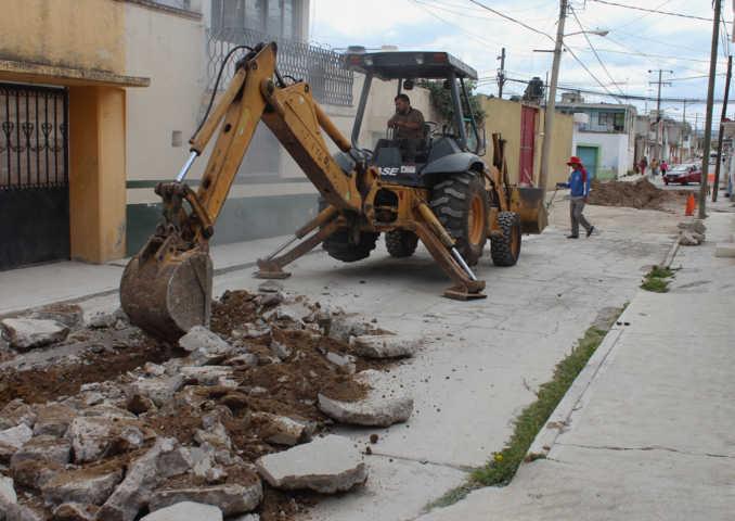 Alcalde de Calpulalpan rehabilita drenaje dañado en la calle del Barrio del Calvario