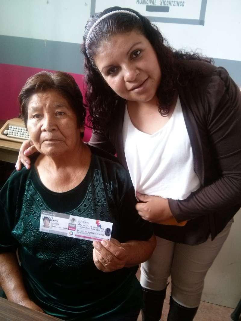 Adultos mayores son apoyados a tramitar su credencial del INAPAM
