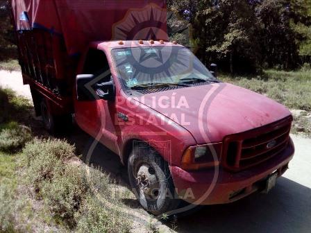Localiza policía a camioneta roja con bidones de gasolina