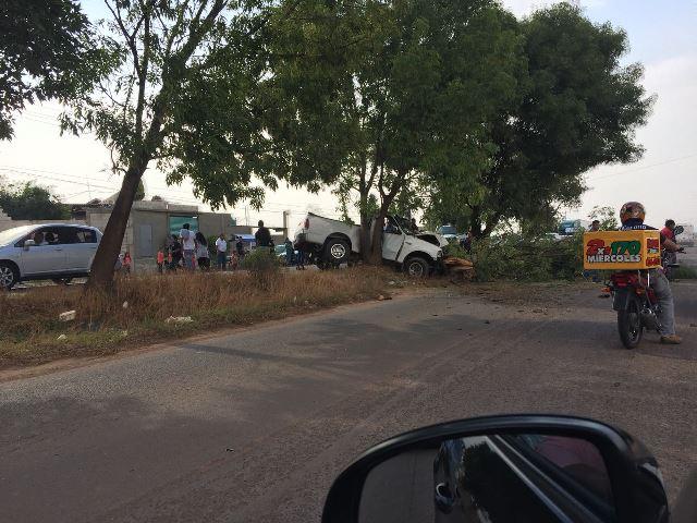 Choca camioneta contra árbol sobre la vía corta a Chiautempan