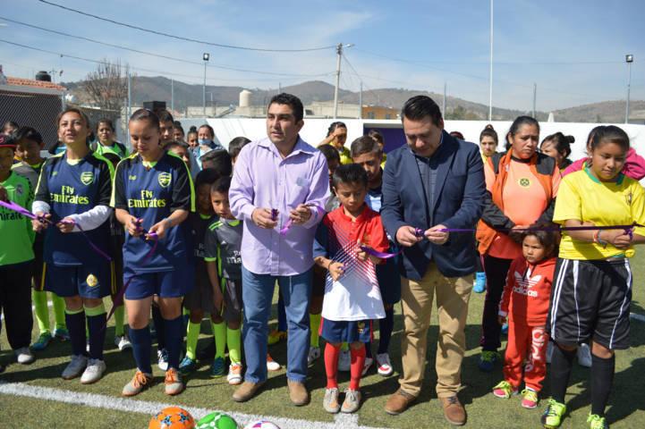 Con esta cancha de futbol 7 alejamos a los jóvenes de los vicios: alcalde