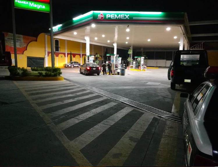 Sujetos armados asaltan gasolinera sobre la vía corta