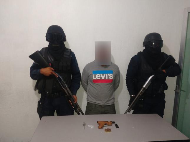 Policía detienen a sujeto con arma de fuego y envoltorios de droga cristal