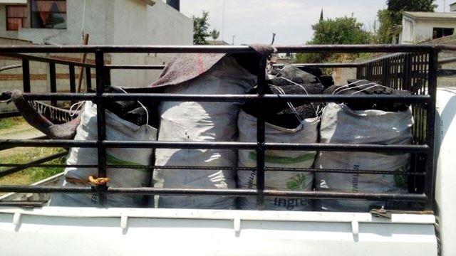 Detienen policías a camioneta con carbón en Acuamanala