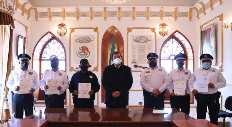 Entrega alcalde de Huamantla constancias a policías municipales que concluyeron su preparatoria