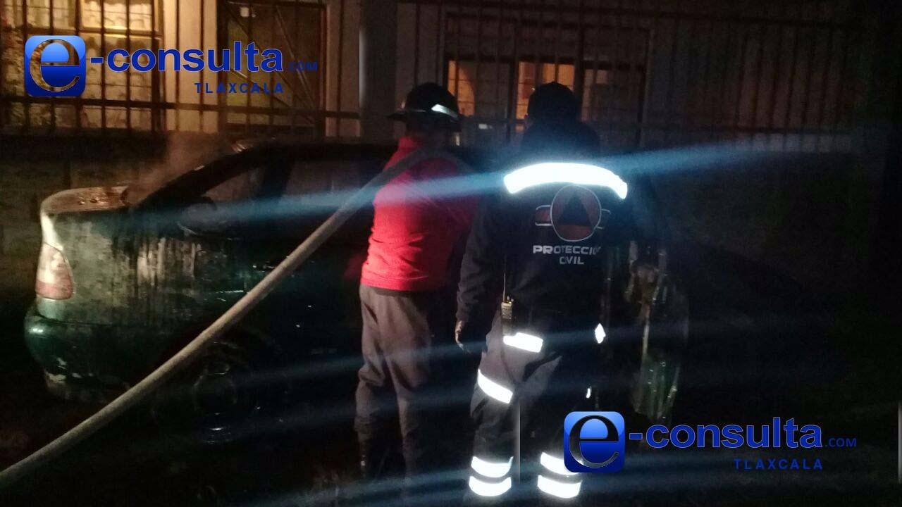 En riña, incendian vehículo en Apizaco