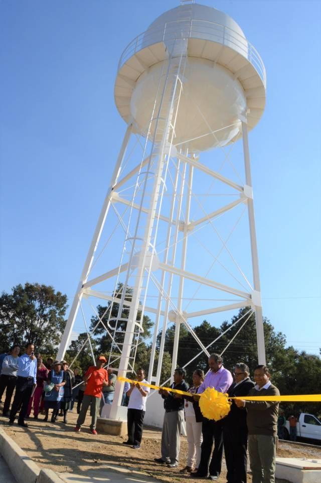 Inaugura Comisión Estatal Del Agua pozo elevado en Contla