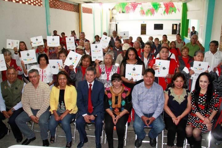 Entregan alcaldesa de Tlaxcala y titular de ITEA certificados a adultos