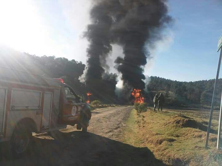 Atienden cuerpos de emergencia incendio de ducto de combustible
