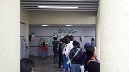 Colapsan cajeros de CFE; usuarios piden salida del director por inepto