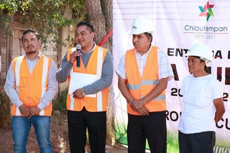Entrega alcalde Héctor Domínguez  electrificación en Texcacoac