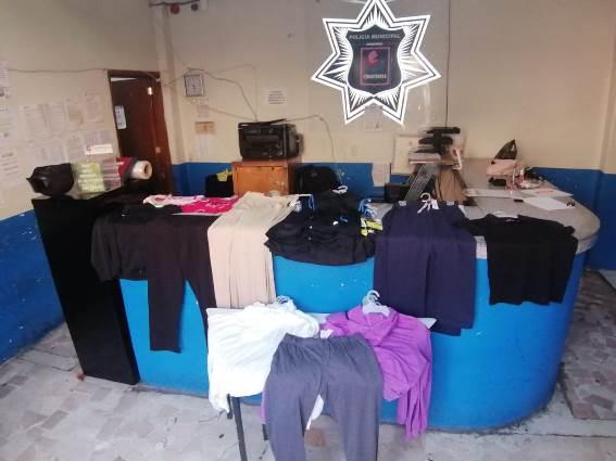 Atrapan policías de Chiautempan a fardera que llevaba 30 prendas de vestir