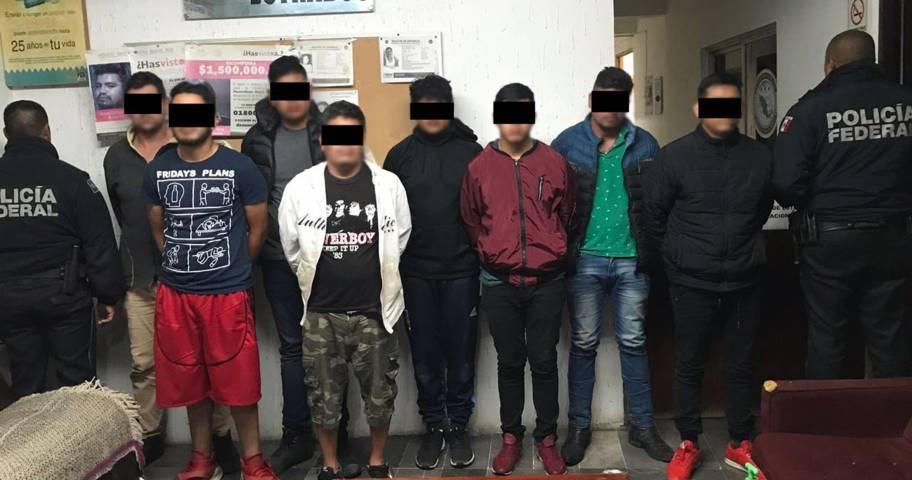 Detienen a ocho asaltantes con dos armas de fuego en el Estado de México