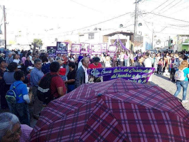Con cárteles de protesta realizan Vía Crucis en Chiautempan
