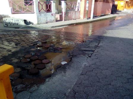 Fuga de aguas negras en Xaxala, colonia de Chiautempan