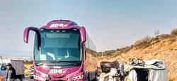 Mortal choque autobús y vehículo particular deja dos personas muertas