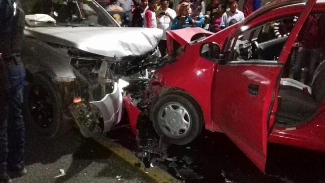 Se registra aparatoso choque de frente en Tzompantepec