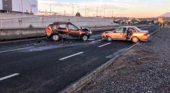 Choque entre tres vehículos en el periférico de Tlaxcala