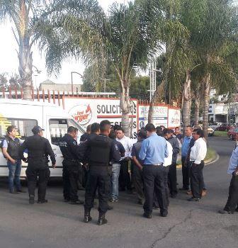 Cierran chóferes vialidades en protesta por asesinato de un compañero