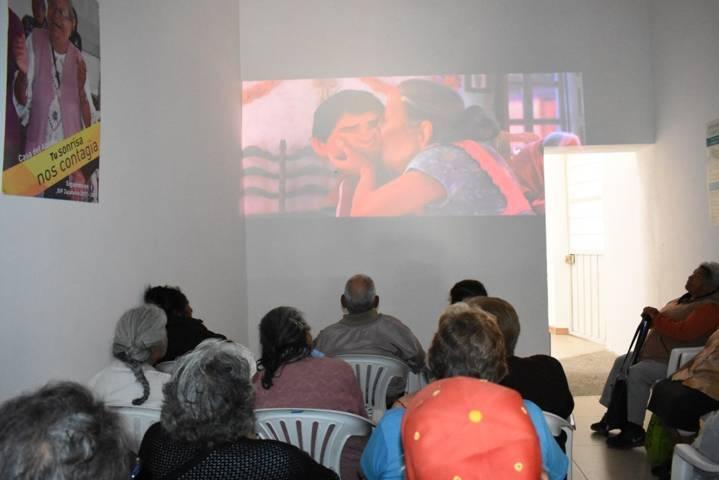 La Casa del Abuelo fomenta la estimulación de memoria con cine debate