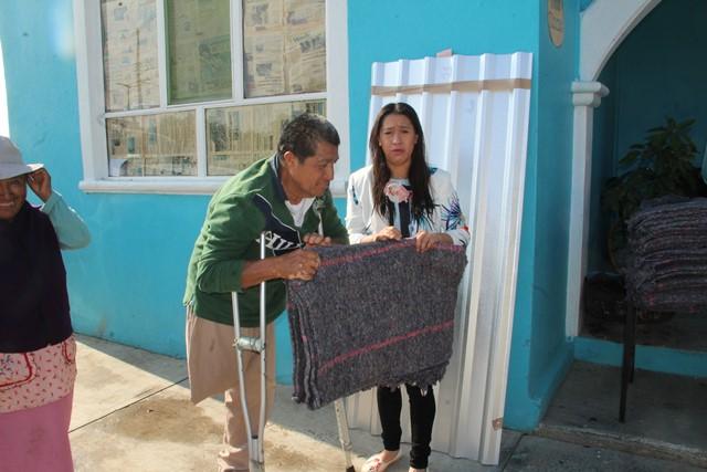 Entregan autoridades de Santa Apolinia Teacalco cobijas a población vulnerable