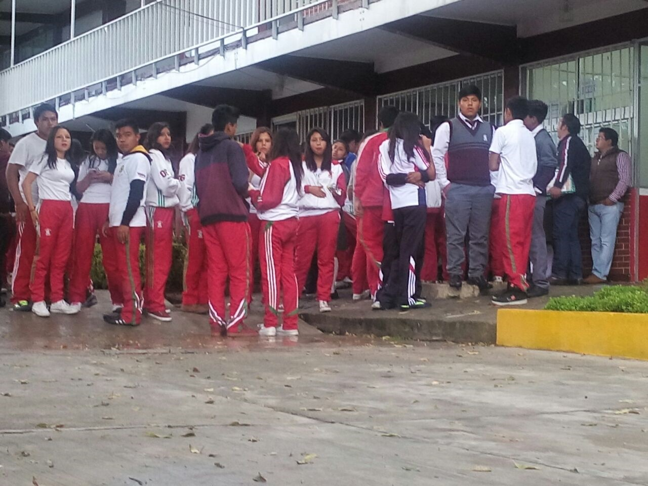 Prostesta alumnos del Cobat contra prohibición de director