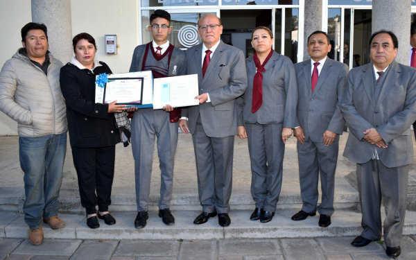 Reconoce Cobat a estudiante que ganó concurso de escritores en Perú
