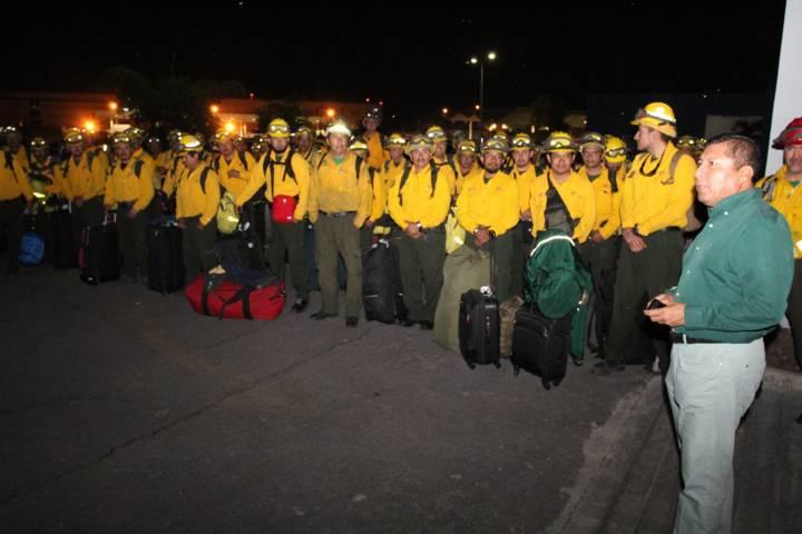 Regresan tlaxcaltecas combatientes de incendios enviados a Canadá