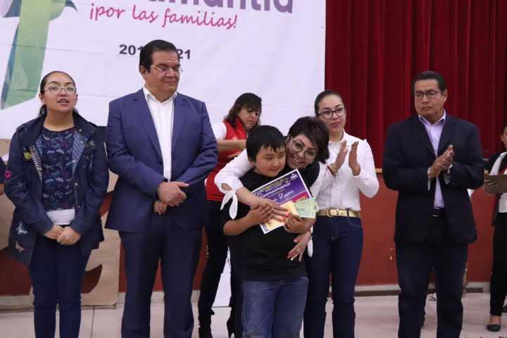 Alcalde impulsa en niños a crear alfombras y tapetes con un concurso