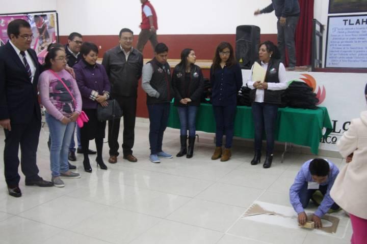 Alcalde motiva a los niños a continuar con las tradiciones de los tapes y alfombras