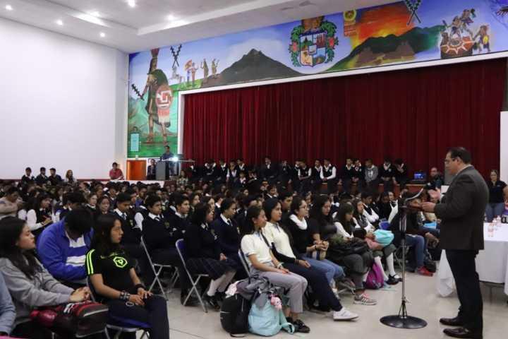 Alcalde impulsa a los jóvenes adquirir conocimientos para que sean emprendedores