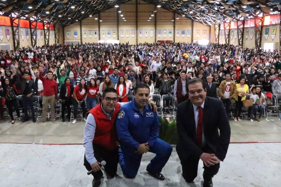 Más de 3 mil alumnos conocieron al astronauta José Hernández
