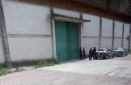 "Alcalde ""Don Cheto"" resguarda su fábrica con policía municipal"