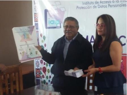 Firma convenio alcalde de Contla y presidenta del IAIP
