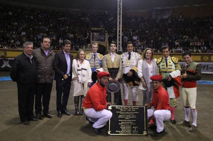 """Alcalde devela placa de los 100 años de la plaza de toros la """"Taurina"""""""