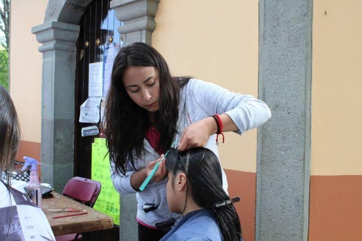 Con cortes de cabello gratuitos apoyan a familias de Apetatitlán