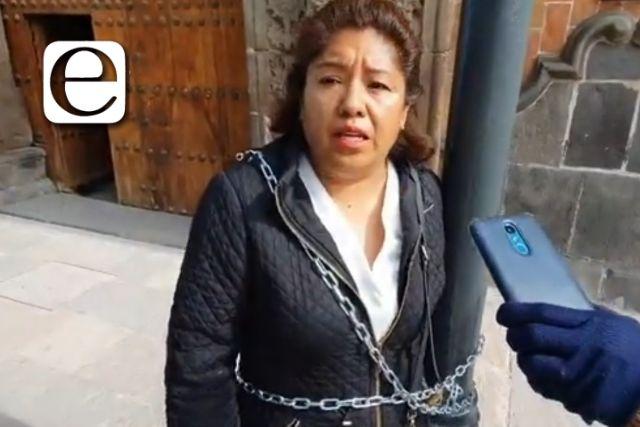 Activista se encadena para pedir audiencia con la gobernadora